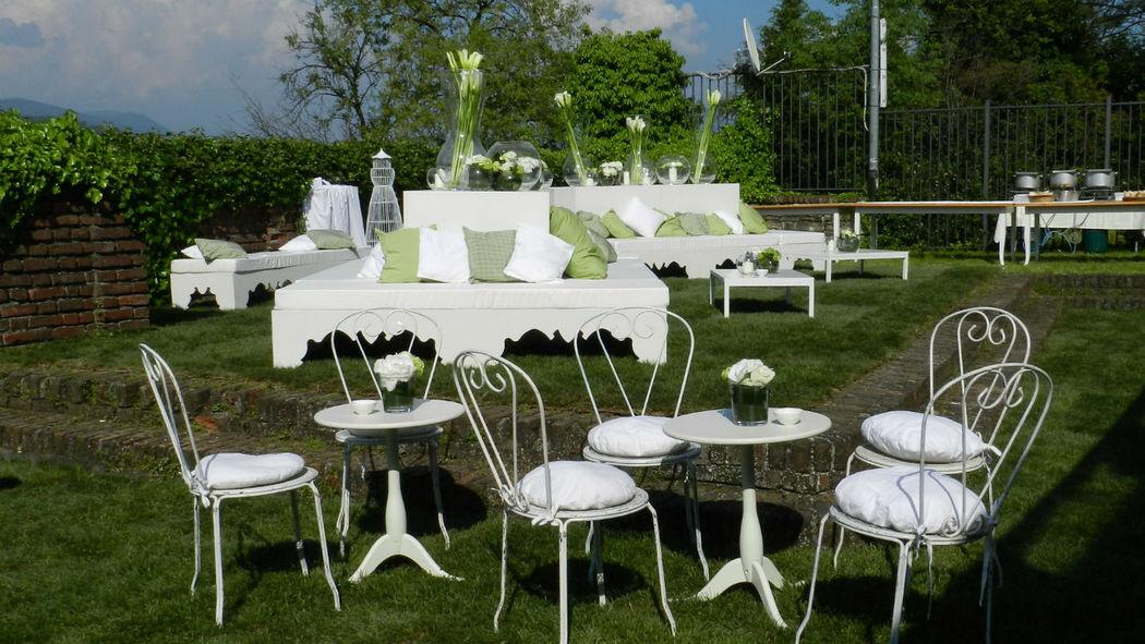 tavolino zap e sedia sissy con cuscino, sullo sfondo isola in legno bianca