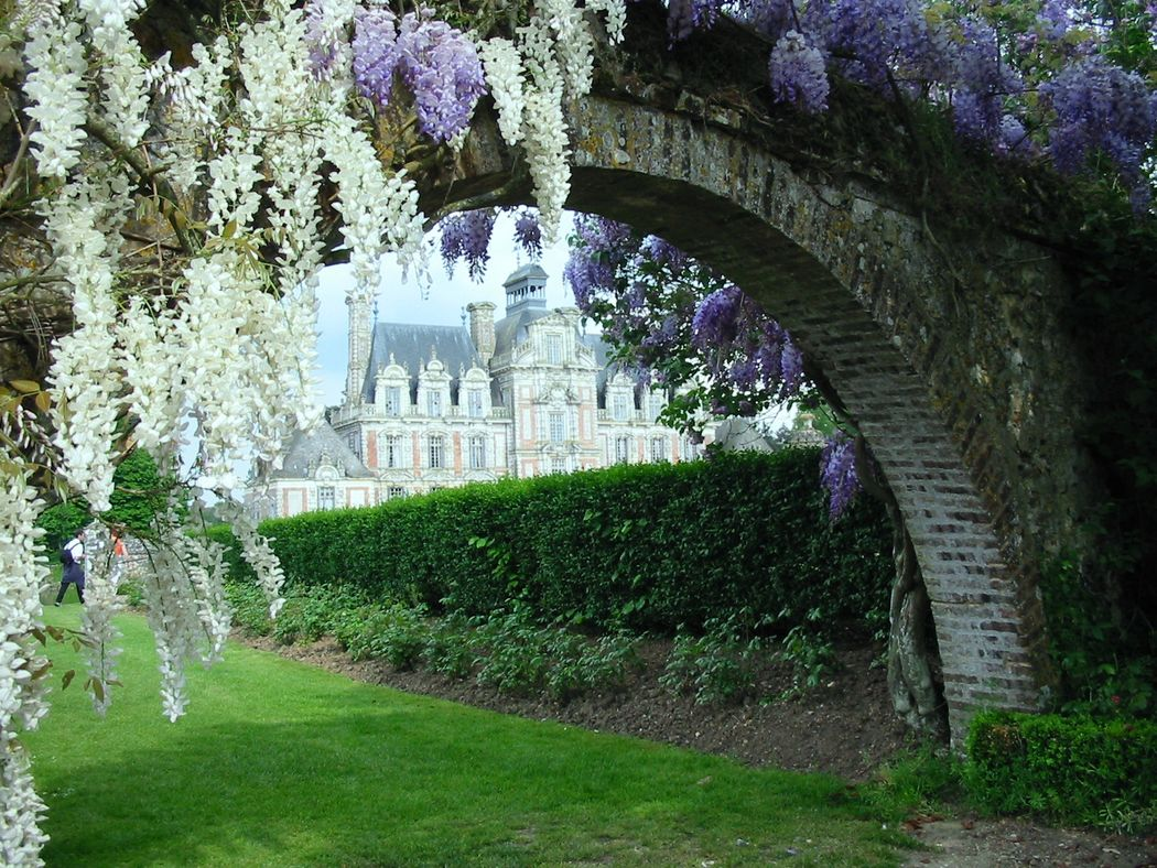 Château de Beaumesnil vu du jardin privatif de l'Orangerie