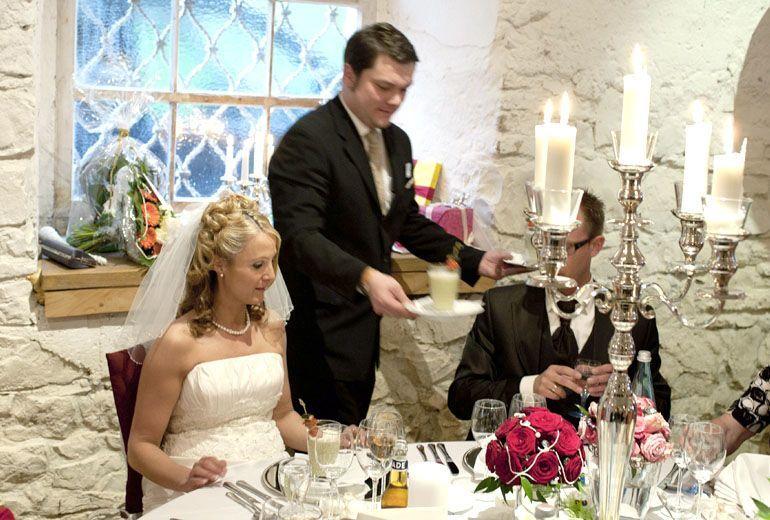 Beispiel: Brautpaar bei Tisch, Foto: Schloss Ehrenfels.