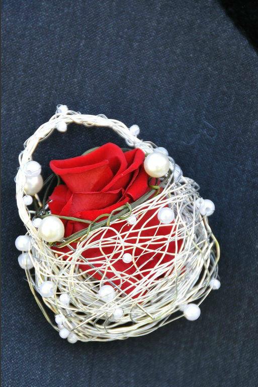 Beispiel: Anstecker für den Bräutigam, Foto: Festdeko.