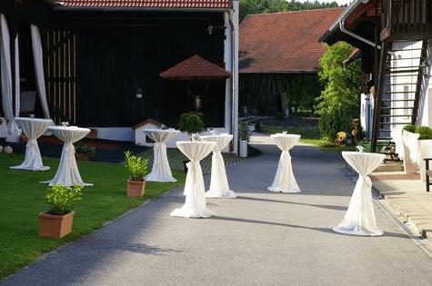 Beispiel: Stehtische im Hof, Foto: Gut Grafenried.