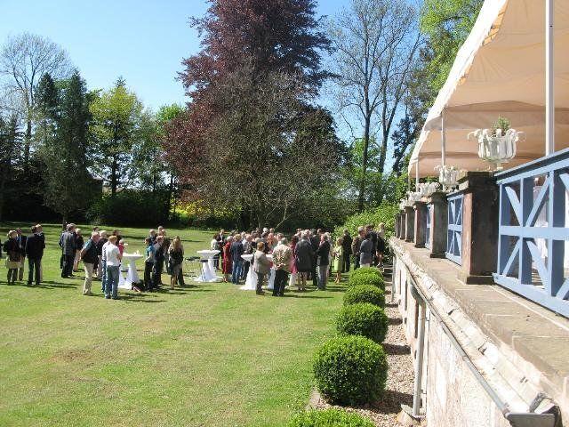Beispiel: Terrasse mit Hochzeitsgesellschaft, Foto: Gut Sennickerode.
