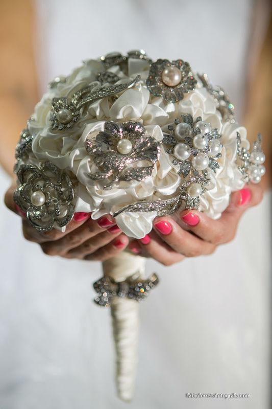 Buquê flores de tecido e broches em pérolas. Foto Fabio Ferreira
