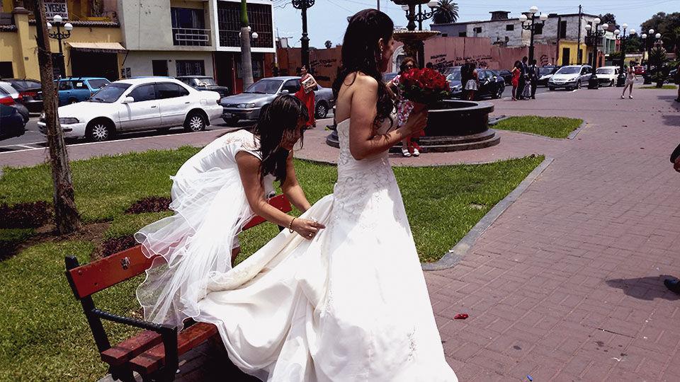 Arreglando la cola de una bella novia.