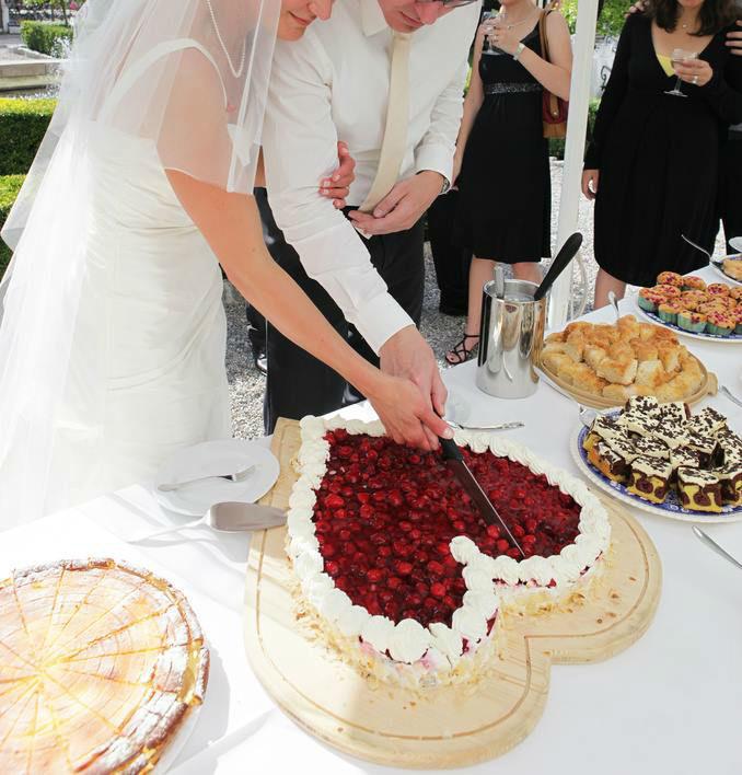Beispiel: Anschneiden der Hochzeitstorte, Foto: Fotolia.com.