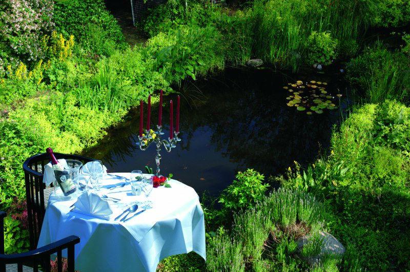Beispiel: Tisch im Garten, Foto: AKZENT Hotel Assambador.