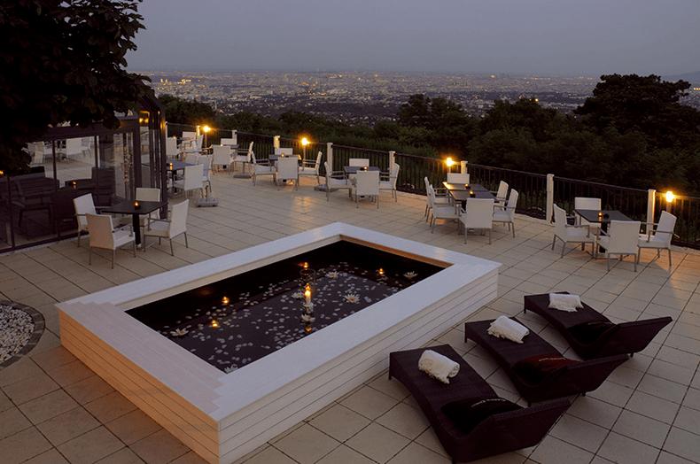 Beispiel: Außenterrasse romantisch dekoriert für die Feier am Abend, Foto: Terrasse Kahlenberg.