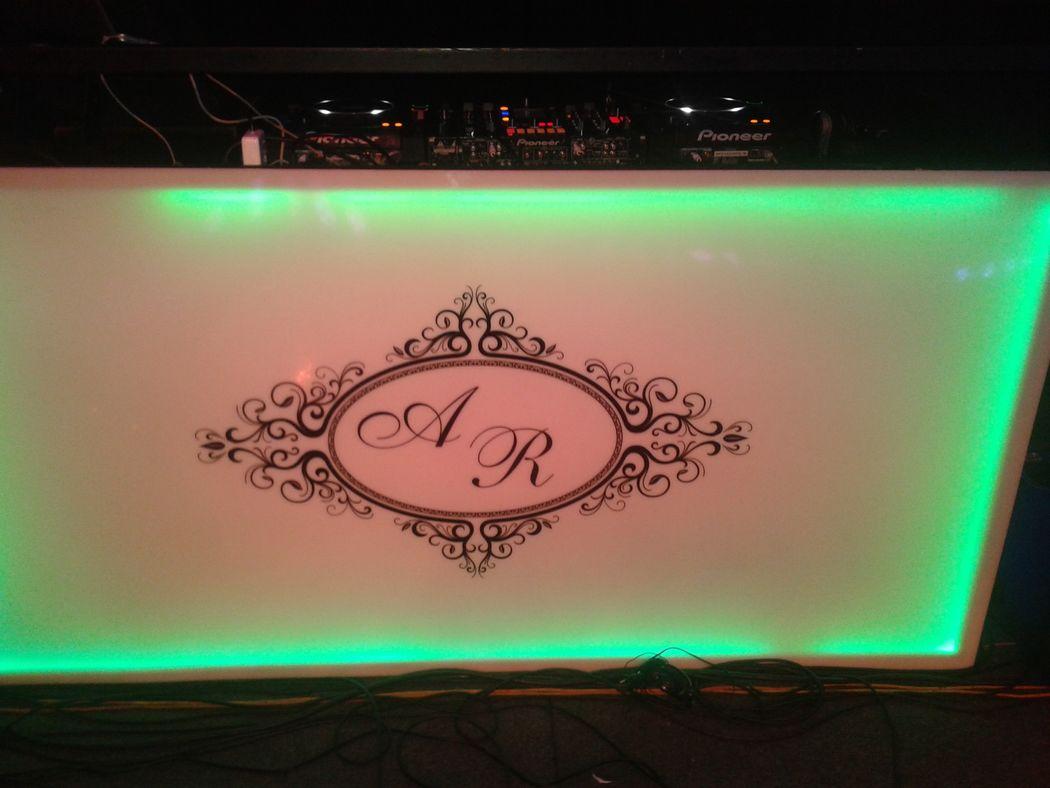 Cabine do DJ com a logomarca dos noivos.