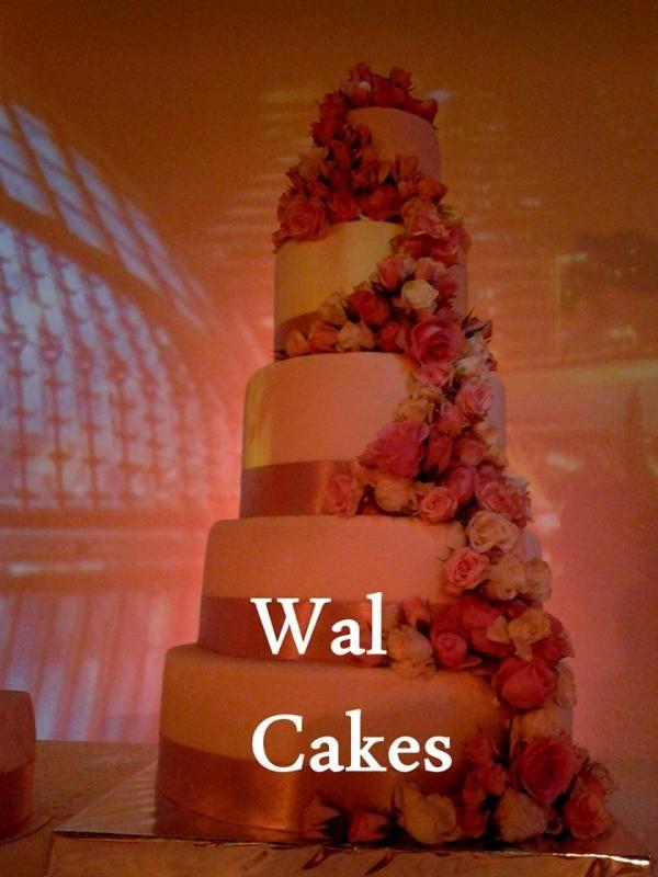 Wedding cake cascade de roses fraîche