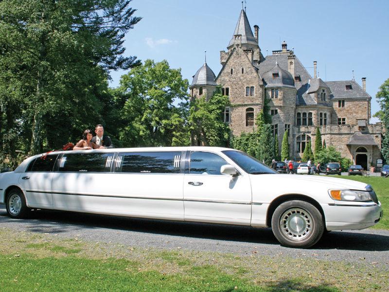Beispiel: Hochzeitslimousine vor Schloss Garvensburg, Foto: Schloss Garvensburg