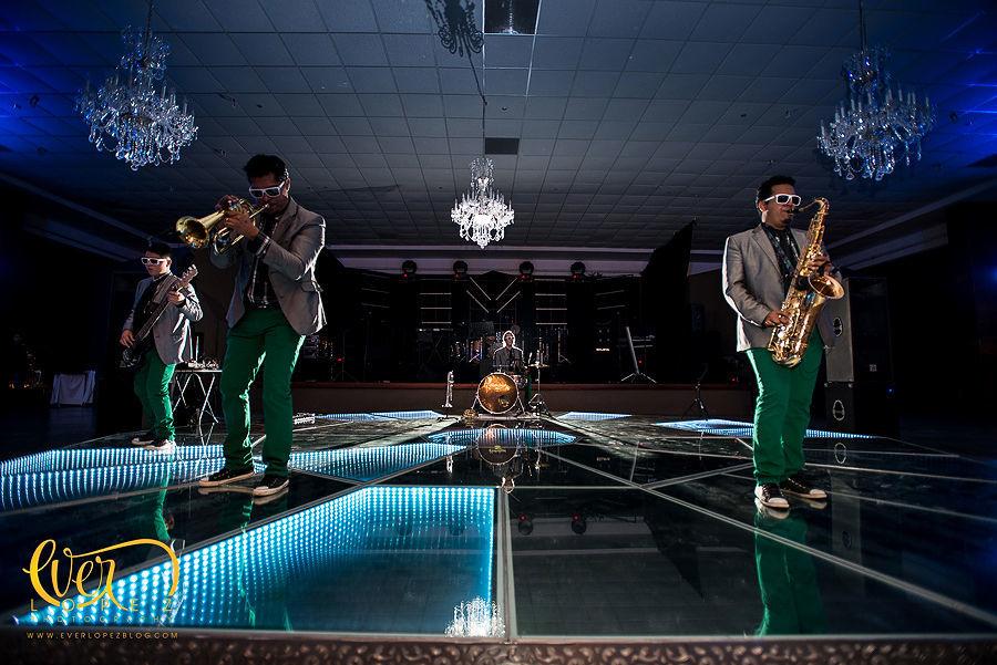 Grupo de Jazz funk durante la cena en hacienda la Macarena Guadalajara  Fotografia de boda por fotografo profesional de bodas Ever Lopez