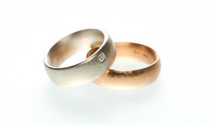 Beispiel: Ringe in Rotgold und Silber mit Diamantbesatz, Foto: Eve & Me.