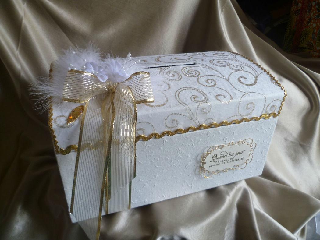 urne thème blanc or, arabesques or et déco fleurs perles