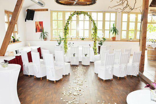 Foto: Trauung mit weissen Stühlen