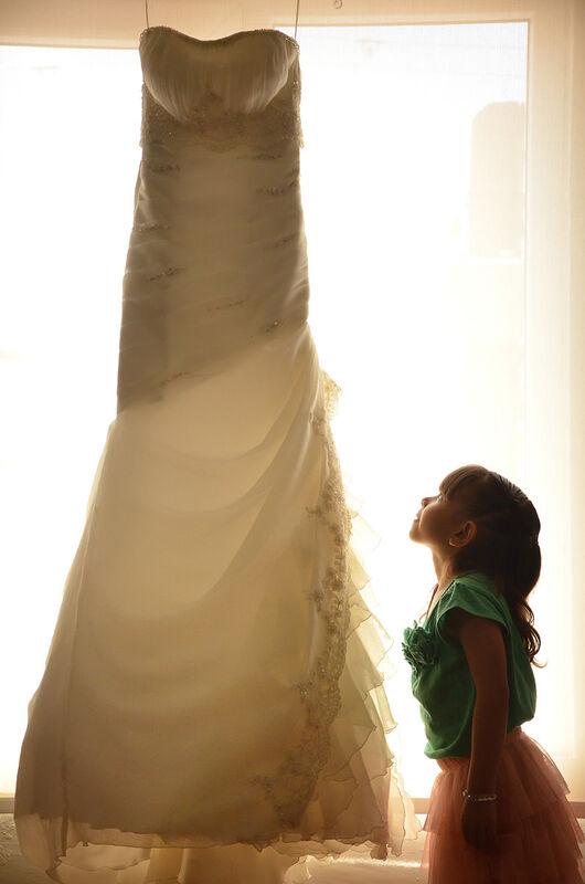 niña viendo vestido de novia