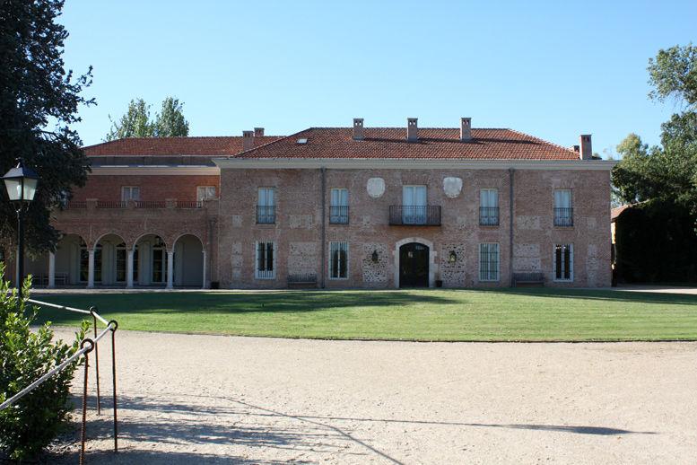 Vista exterior de la fina con la fachada principal
