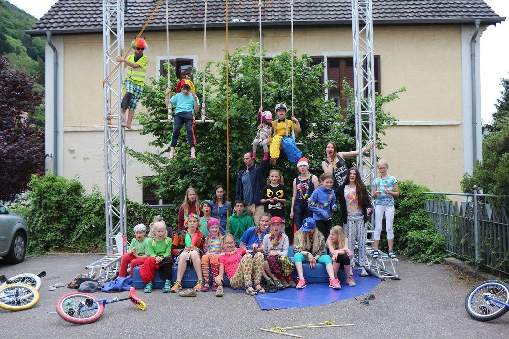 Zirkus-Parade mit verkleideter Gruppe