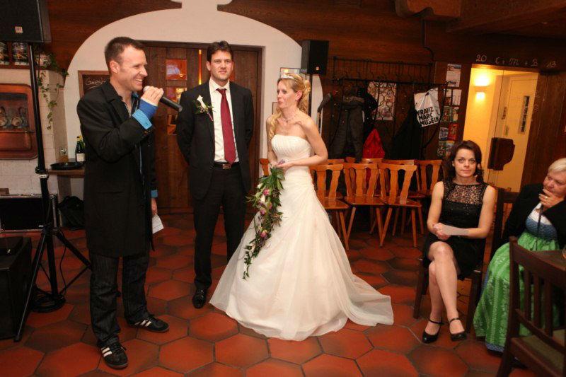 Beispiel: DJ mit Brautpaar, Foto: Hochzeits DJ Dany.