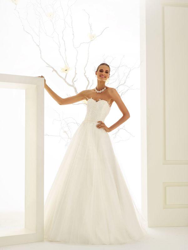 Brautkleid aus Spitze und Tüll, Schmuck mit Perlenbesatz | Bianco Evento