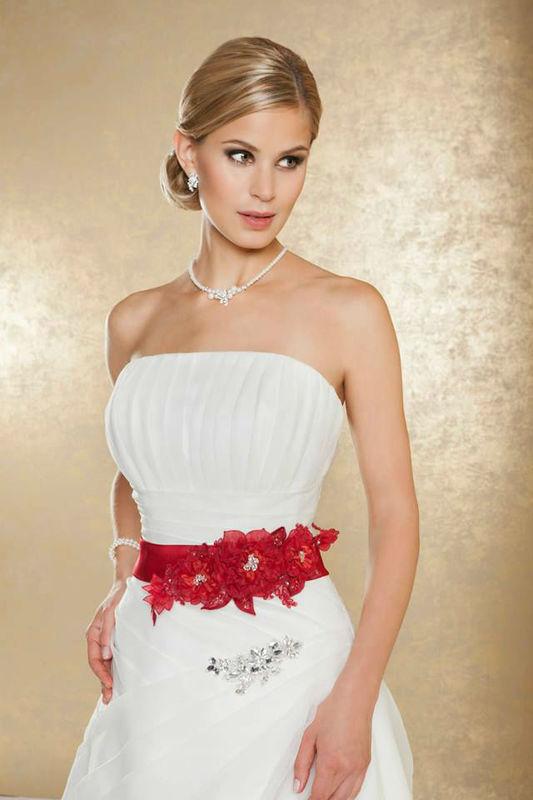 Beispiel: Wunderschöne Hochzeitsmode, Foto: Weise Brautmode.