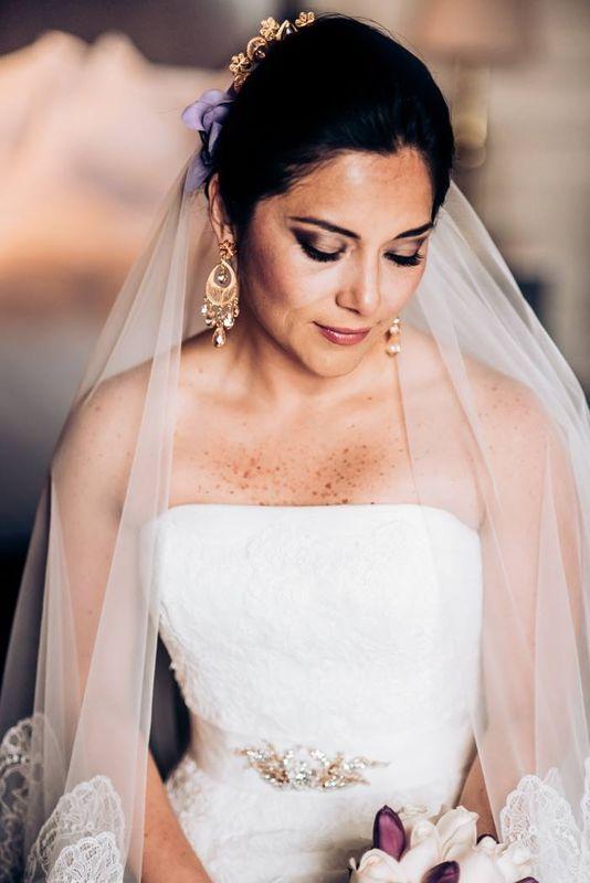 Una novia con aires marinerescos españoles, flore de seda, las naturalespeineta de filigrana de plata bañada en oro de ley con aplicaciones de amatista y per