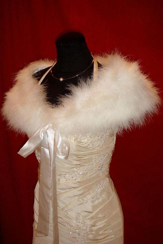Beispiel: Braut-Stola, Foto: Der Brautladen Accessoires.