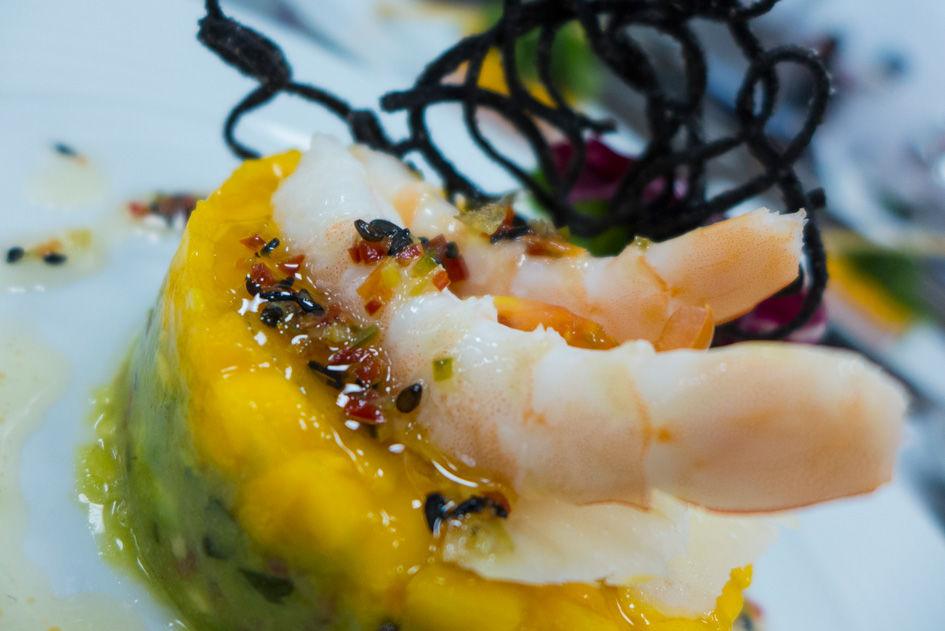 Ensalada de langostinos, mango y aguacate