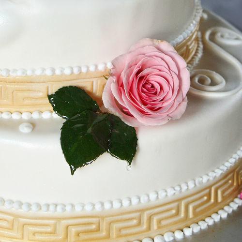 Beispiel: Hochzeitstorte mit Blumendekoration, Foto: Feel White.