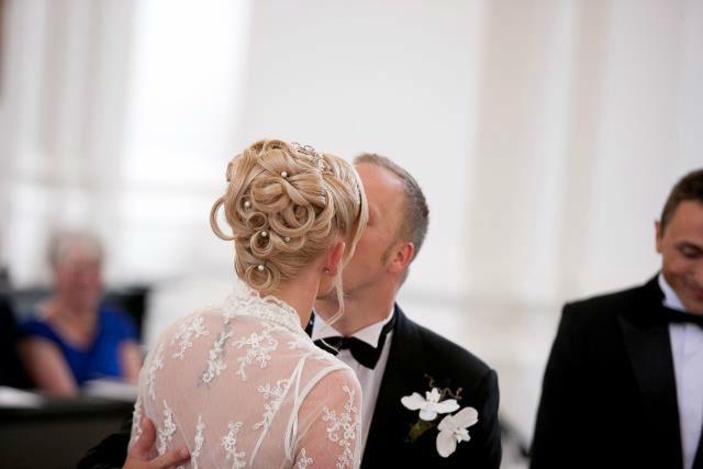 Beispiel: Wunderschöne Brautfrisuren, Foto: Die Rollenden Friseure. Stylistin: Tanja Ill