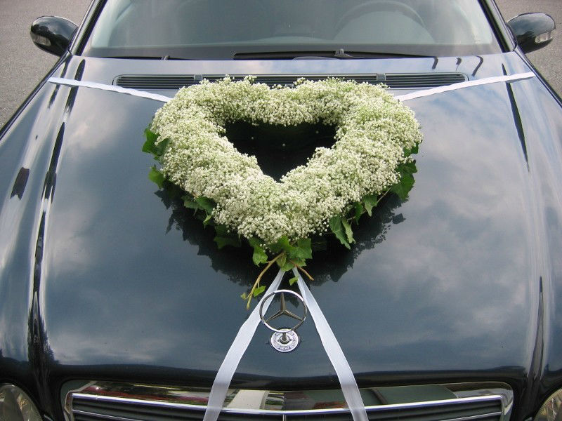 Beispiel: Dekoration für die Motorhaube, Foto: Evis Blattwerk.