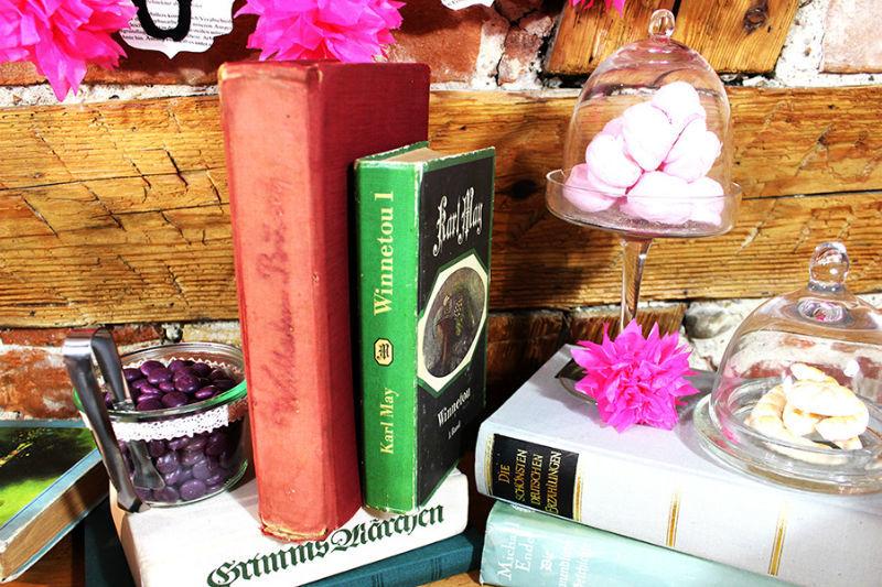 Beispiel: Dekoration einer Candybar zum Thema Bücherhochzeit, Foto: Im Hochzeitsfieber