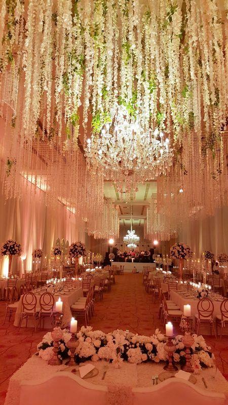 Montaje de Techos de Fantasía con flores y chorros de cristales,  acompañados de la elegante chandelier de cristal.