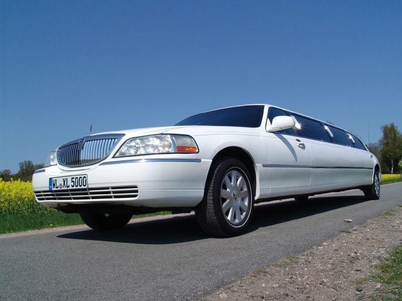 Das weiße Lincoln-Town Car in der etwas kürzeren Version.