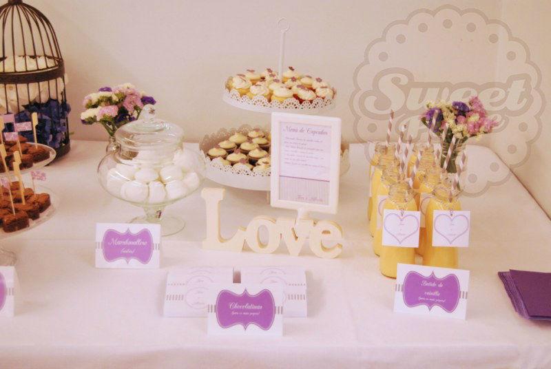 Mesa dulce en tonos blanco, lila y gris, A Coruña.