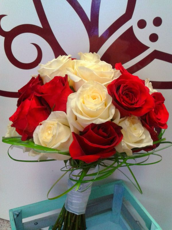 Ramo rosas blancas y rojas