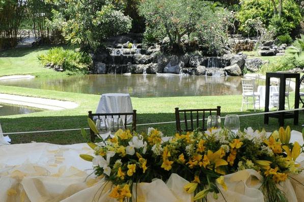 Diseño de mesa principal con flores coloridas de temporada - Foto Paladares