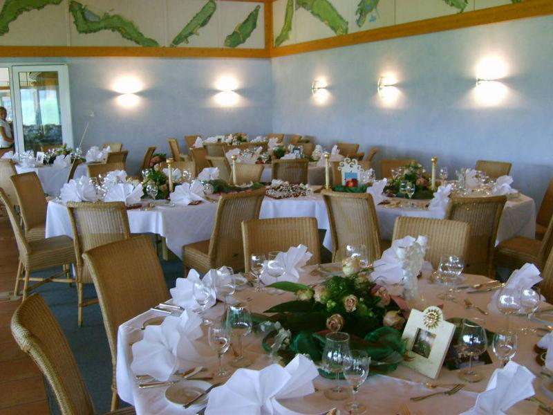 Beispiel: Hochzeitsgedeck im Clubheim, Foto: Golf Club Burg Zievel.