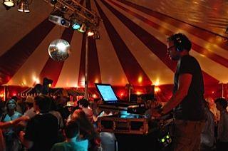 Dj Roger tijdens feest in Eindhoven