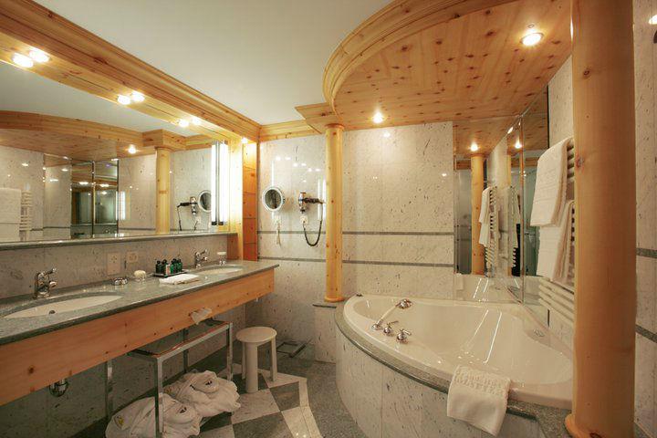 Beispiel: Badezimmer, Foto: Grand Hotel Zermatterhof.
