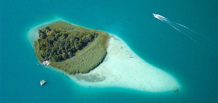 Beispiel: Insel inmitten des Sees, Foto: Parkvilla Wörth.