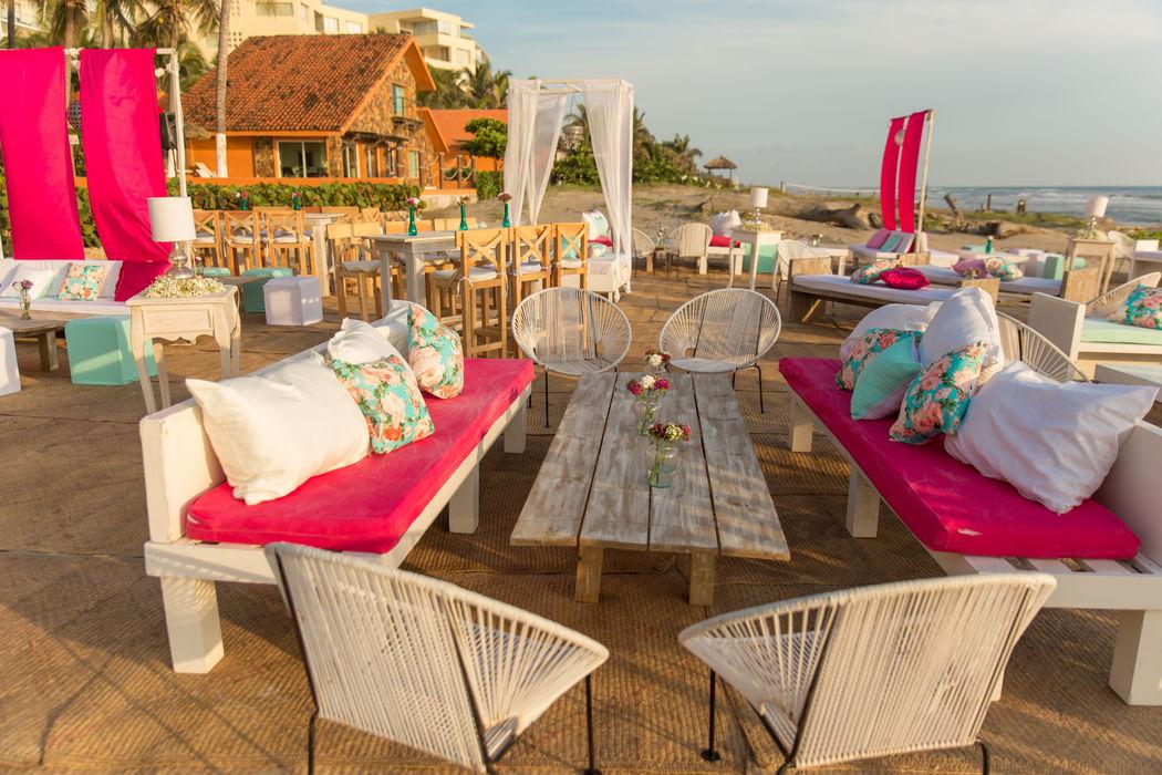Locación: Villa San Vicente * Fotógrafo: Michaud Films * Decoración:  Pink Vintage con toque playa Sillas Acapulco * Banquete y Decoración: Banquetes Larekhi