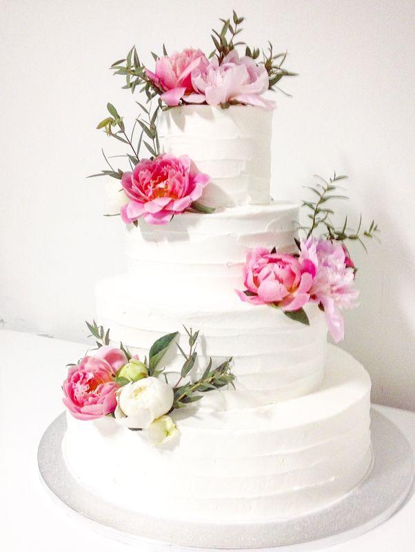 Торты без мастики имеют особое очарование, нежность свадебного торта подчеркнёт оформление из флористического декора.