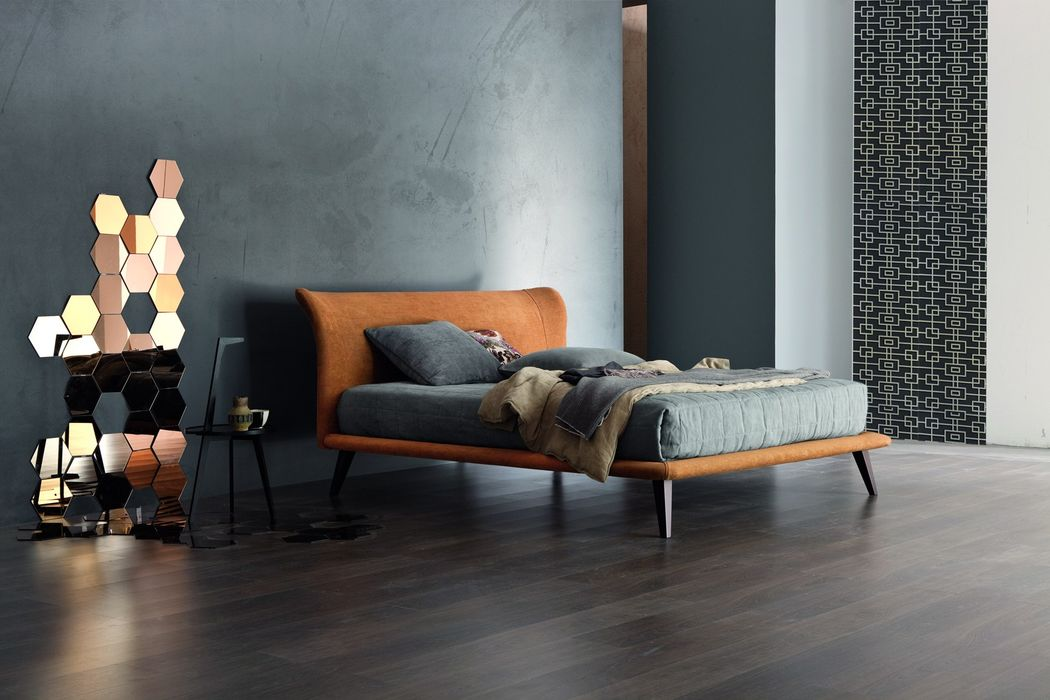 A silhouette that is graceful, extremely sleek, contemporary , and pleasant from any vantage point. Calvin is the perfect solution for those looking for a bed with a modern and essential style, characterized by soft and cozy lines . Its lightness is further accentuated by the strong flare of slender wooden legs.