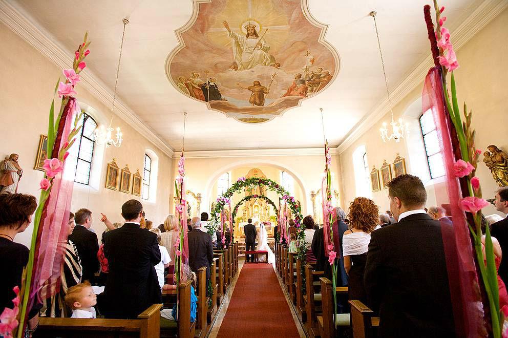 Beispiel: Blumenschmuck für die Kirche, Foto: Sarah Marx Eventfloristik.