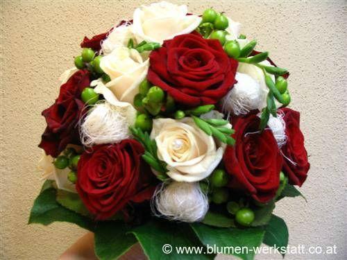 Beispiel: Brautstrauß mit roten und weißen Rosen, Foto: Blumenwerkstatt Klára Kwas.