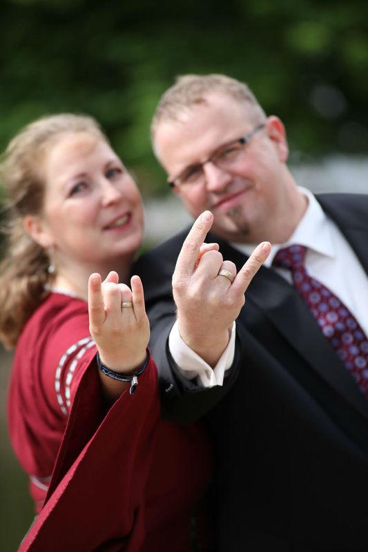 Beispiel: Glückliches Paar mit Eheringen, Foto: Panzerknacker Goldschmiede