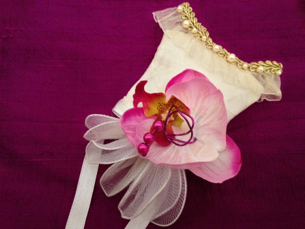 Mini bustier en soie, agrémenté d'une orchidée, encolure de bustier  avec des pearls.Possible de faire avec vos couleurs de votre theme