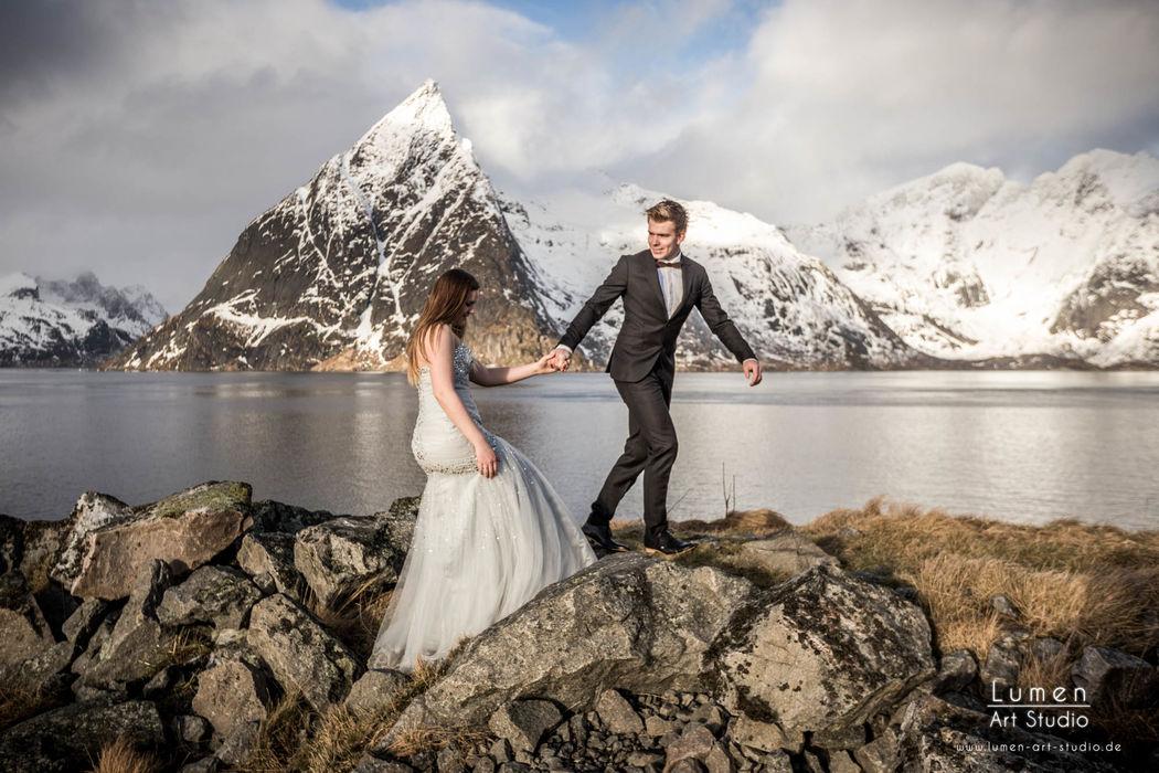 Eine wunderschöne Aussicht des Brautpaars mit unserer Holzfliege Decorum
