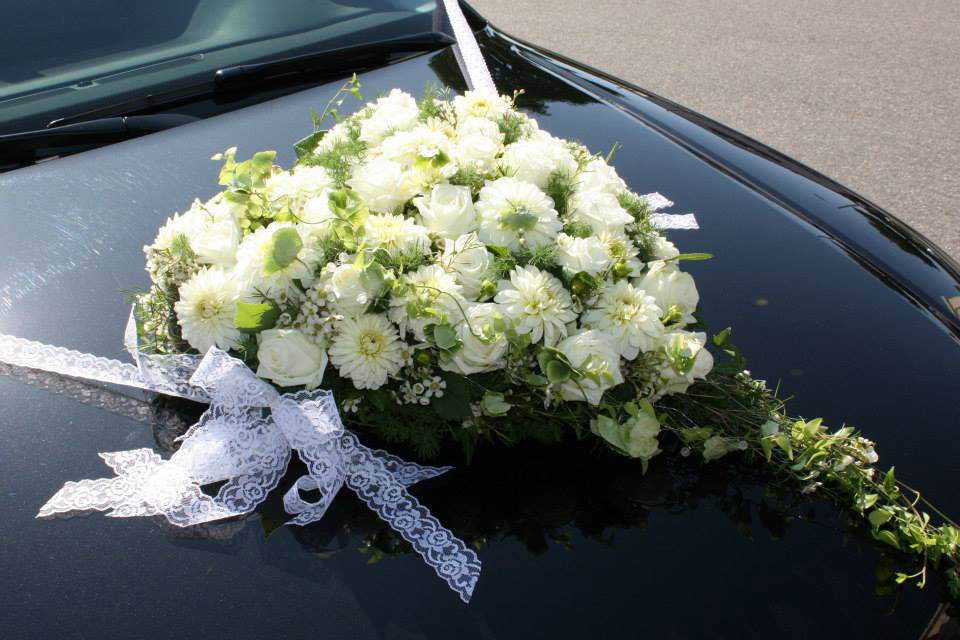 Beispiel: Blumen für Ihr Hochzeitsauto, Foto: Blumenhaus Wasser.