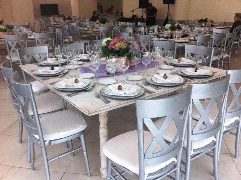 Montaje de boda en color plata con decoración en violeta - Foto Dinara Banquetes